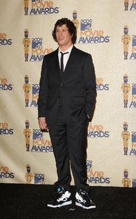 Andy_samberg_wears_sneakers_his_suit_at_2009_mtv_movie_awards_bluefly_blog_flypaper-400